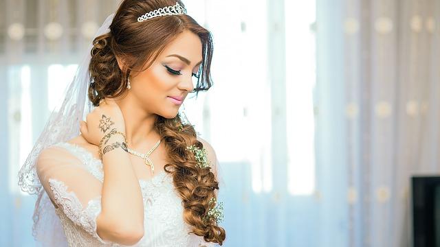 結婚式のヘアスタイルは何がいい?ドレス姿が映えるヘアスタイル10