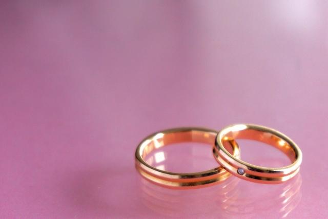 結婚指輪は誰が買うの?男性が全額負担?それとも折半?