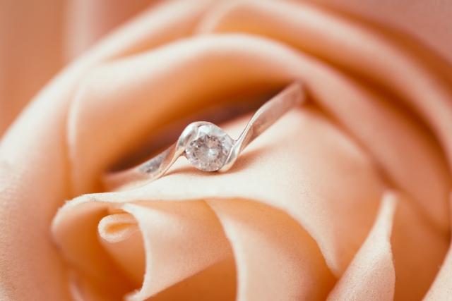 婚約指輪っていつつけるの?毎日つける?職場でもつける?